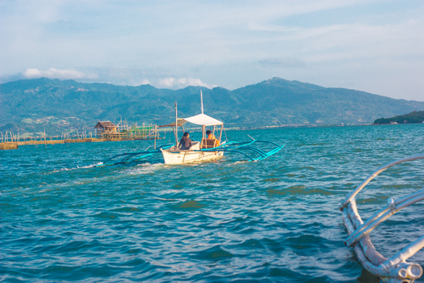 Negros Oriental Photos: Small Boat Going to Manjuyod Sandbar