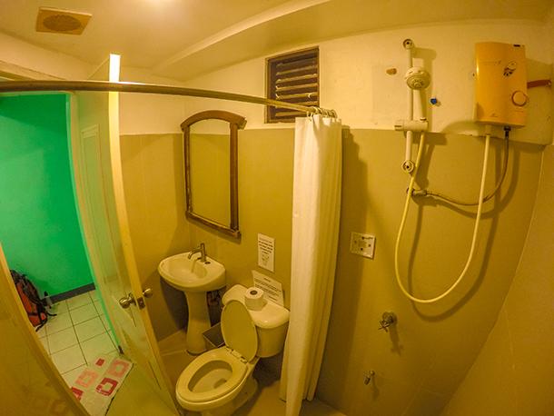 Harolds Mansion Dumaguete: Private Bathroom