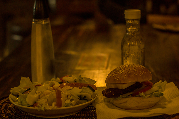 Harolds Mansion Dumaguete: Salad and Burger