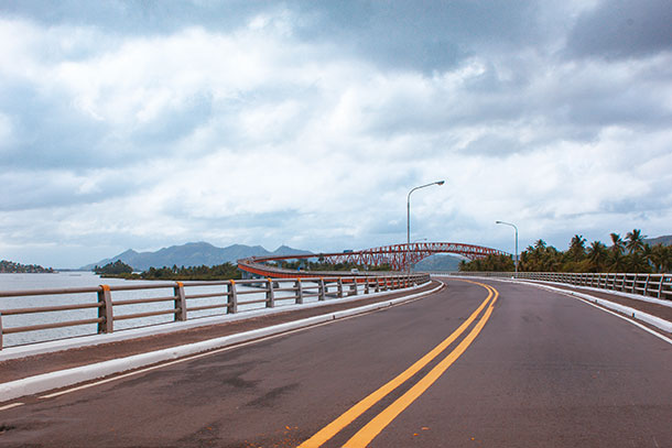 Take a Walk at the San Juanico Bridge